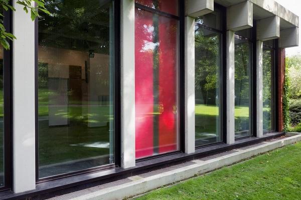 ANSCHEINEND / APPARENTLY, 2015, Installation, mixed media, 450 x 170 x 22 cm (Außenansicht)
