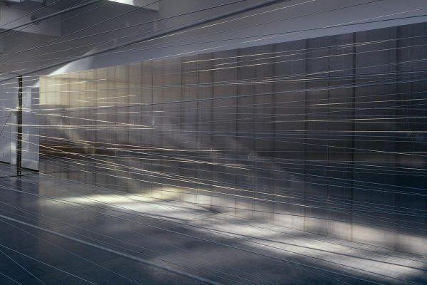Rauminstallation, site specific installation, Drahtseilakt, 2000, Stahlseil, Stahlträger, Aluminiumtafeln / wire rope, steel, aluminium, 300 x 1750 x 630 cm