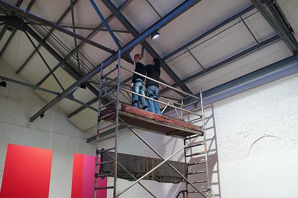 Rauminstallation, site specific installation, Lufttöne, 2009, Acrylglas, Aluminium, Lackfarbe / acrylic glass, aluminium, laquer, 500 x 1200 x 900 cm, exhibition view: Künstlerzeche Unser Fritz 2/3, Herne (installing the artwork)