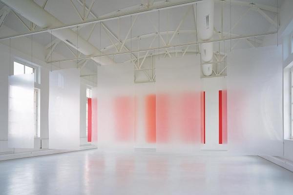 Rauminstallation, site specific installation, Lufttöne, 1999, Acrylglas, Aluminium, Lackfarbe / acrylic glass, aluminium, laquer, 550 x 1450 x 1140 cm, Kunstmuseum Mülheim an der Ruhr