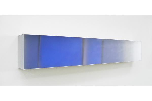 Rita Rohlfing, Color Space Object, Blaue Lau, 2010, Acrylglas, Aluminium, Acrylfarbe, 40 x 240 x 22 cm