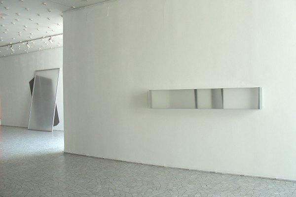 Rita Rohlfing, Color Space Object, white space, 2005, Acrylglas, Aluminium, Lackfarbe, 40 x 240 x 21 cm, exhibition view: in situ, Städtische Bühnen Münster, 2005