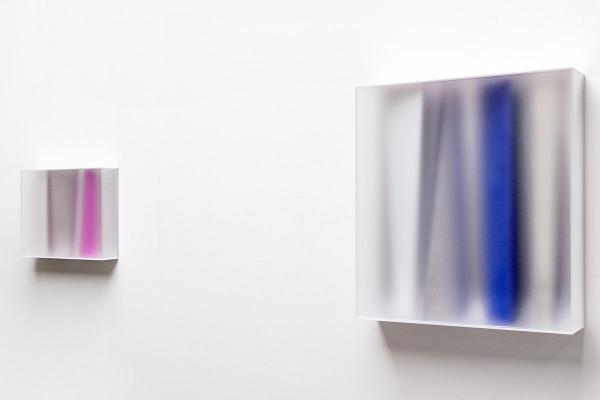 Rita Rohlfing, Color Space Object, deep purple, 2014, Acrylglas, Acrylfarbe, 50 x 62 x 16 cm, KRISTALLBLAU, 2014, Acrylglas, Acrylfarbe, 100 x 87,5 x 22 cm