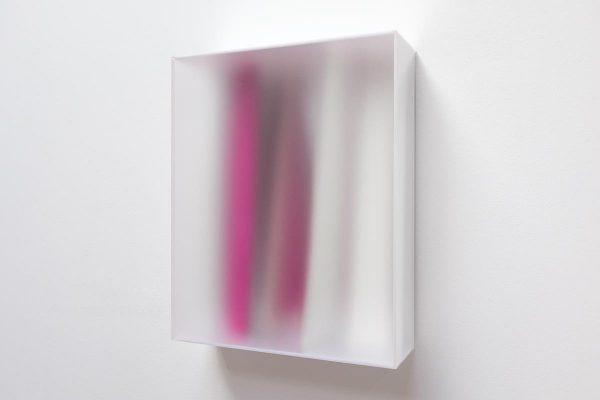 Rita Rohlfing, Color Space Object, Purpurlinie, 2014, Acrylglas, Acrylfarbe, 62 x 50 x 16 cm