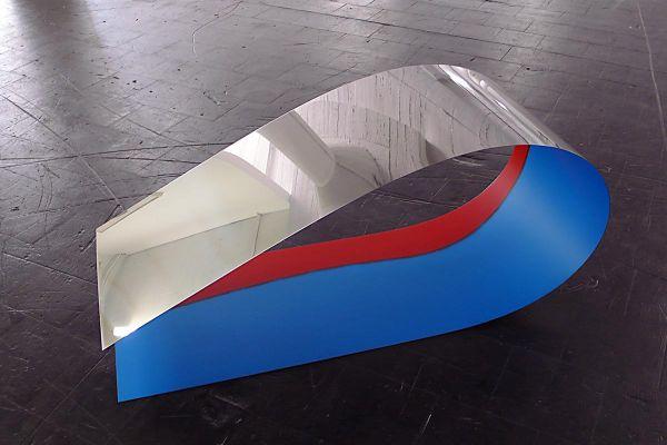 Rita Rohlfing, Skulptur, Die Welle, 2008, Edelstahl, Lackfarbe, 58 x 133 x 50 cm