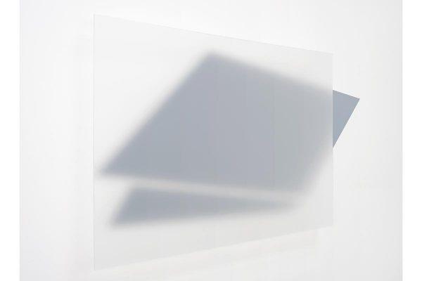 Rita Rohlfing, Installation Art, transparencia descendente, 2012, Acrylglas, Aluminium, Lackfarbe, 120 x 254 cm