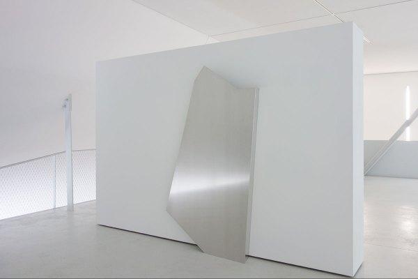 Rita Rohlfing, o.T. / untitled, Skulptur, 1998, 215 x 120 x 20/35 cm, exhibition view: dieKUNSTSAMMLUNG des Landes Oberösterreich, Linz, Austria