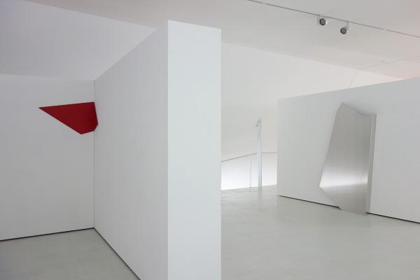 Rita Rohlfing, R.o.T. - Eckarbeit, 2005, Aluminium, Lackfarbe, 53 x 113 cm, o.T. / untitled, Skulptur, 1998, 215 x 120 x 20/35 cm, exhibition view: dieKUNSTSAMMLUNG des Landes Oberösterreich, Linz, Austria
