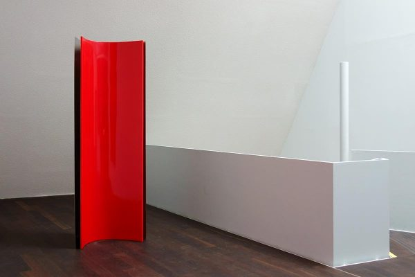 69° - Skulptur,1998, Edelstahl, MDF, Autolack, 240 x 83 x 67 cm, exhibition view: dieKUNSTSAMMLUNG des Landes Oberösterreich, Linz, Austria