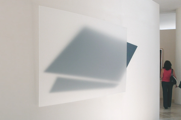 transparencia descendente, 2011, Acrylglas, Aluminium, Lackfarbe, 120 x 254 cm, collection and exhibition view, Museo de Arte Moderno, Toluca, Méxiko