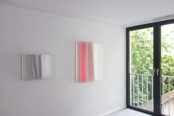 crystal space, 2013, Acrylglas, Acrylfarbe, 40 x 50 x 14 cm, bright red, 2014, Acrylglas, Acrylfarbe, 80 x 65 x 17cm, exhibition view: Galerie FLOSS & SCHULTZ, Köln