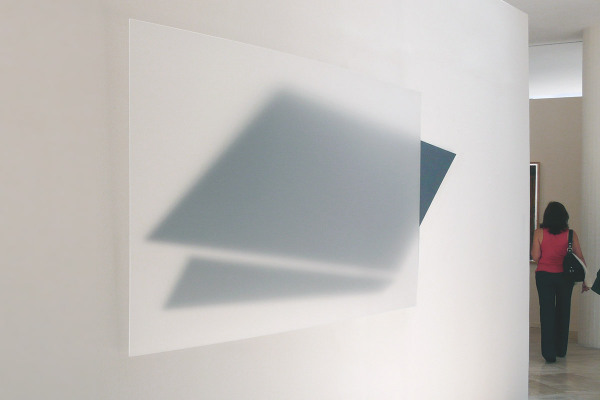 Rita Rohlfing, Installation Art, transparencia descendente, 2011, Acrylglas, Aluminium, Lackfarbe, 120 x 254 cm, collection and exhibition view, Museo de Arte Moderno, Toluca, Méxiko