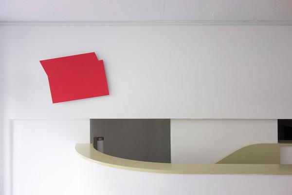 Rita Rohlfing, Monochrome Painting, Shaped Aluminum, o.T. / untitled, 2001, Aluminium, Lackfarbe, 55 x 75 x 3 cm, exhibition view: Galerie FLOSS & SCHULTZ, Köln