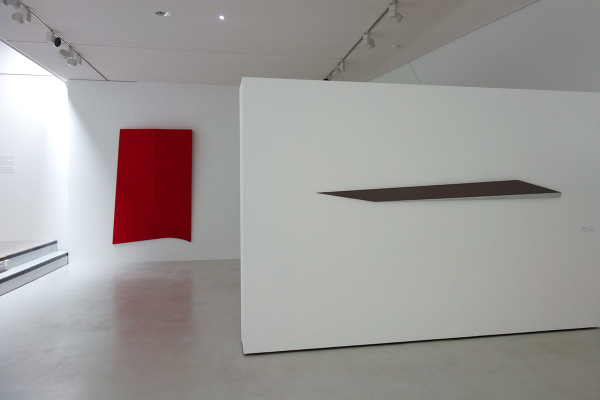 Rita Rohlfing, R.o.T., 1994, Acryl und Öl auf Leinwand, 250 x 150 x 20 cm, o.T. / untitled, 2003, Aluminium, Lackfarbe, 19 x 250 x 3 cm, exhibition view: dieKUNSTSAMMLUNG des Landes Oberösterreich, Linz, Austria